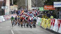 Peloton závodu Paříž-Nice míří do cíle páté etapy.