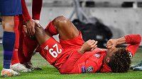 Fotbalista Bayernu Mnichov Kingsley Coman leží na trávníku během utkání Ligy mistrů proti Tottenhamu Hotspur