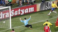 Ri Mjong-kuk, brankář KLDR, dostal od Brazilce Maicona (na snímku už je mimo hřiště) gól z nemožného úhlu.