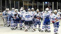 Hokejisté Chomutova se radují z vítězství nad Ústím nad Labem v šestém zápase.