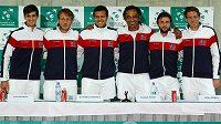 Francouzští tenisté zleva Piere-Hugues Herbert, Lucas Pouille, Jo-Wilfried Tsonga, nehrající kapitán Yannick Noah, Gilles Simon a Nicolase Mahut.