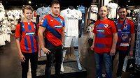 Fanoušci fotbalistů Plzně ve fan shopu Realu Madrid v útrobách stadiónu San Bernabéu.