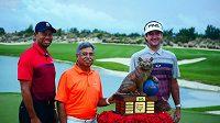 Americký golfista Bubba Watson (vpravo) s vítěznou trofejí, vlevo Tiger Woods.