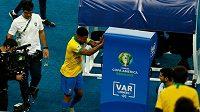 Brazilec Gabriel Jesus po vyloučení ve finále Copy América vyváděl, strčil i do monitoru systému VAR.