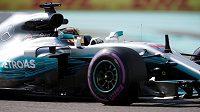 Britský pilot Lewis Hamilton z Mercedesu během tréninku na Velkou cenu Abú Zabí.