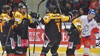 Němečtí hokejisté se radují z gólu v přípravném zápase proti Česku.