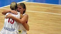 České basketbalistky Petra Kulichová (zády) a Hana Horáková oslavují postup do finále.
