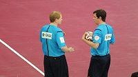 Rozhodčí Václav Horáček (vlevo) a Jiří Novotný před začátkem finále MS házenkářů mezi Katarem a Francií.