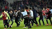 Stovky fanoušků Lille vtrhly po dalším nezdaru na hřiště.