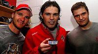Puk na památku. Jaromír Jágr (uprostřed) s kotoučem, kterým zaznamenal svůj 1851. bod v NHL.