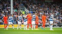 Fotbalisté Huddersfieldu (v oranžovém) během zápasu s QPR. Ani v něm nedokázali smolnou šňůru nevítězství přerušit.