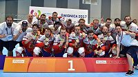 Čeští inline hokejisté se radují ze zlatých medailí na Světových hrách.