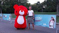 Běhající medvěd hýbe Prahou. To méně červené je Tomáš Zahálka.