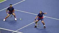 Kolumbijský pár Robert Farah (vlevo) a Juan Sebastian Cabal slaví deblový triumf na US Open.