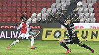 Peter Olayinka ze Slavie střílí gól, brankář Boleslavi Petr Mikulec neměl šanci.