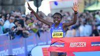 Keňanka Joyciline Jepkosgeiová překonala 1. dubna na Pražském půlmaratonu světový rekord, vyhrála v čase 1:04:52. Jako první žena se dostala pod hranici 1:05.