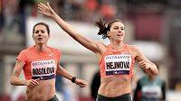 Zuzana Hejnová a Denisa Rosolová v cíli běhu na 400 m překážek na atletickém mítinku Zlatá tretra v Ostravě.