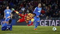 Neymar z Barcelony padá po souboji s Alexisem Ruanem z Getafe.
