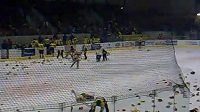 Diváci v Přerově naházeli na led stovky plyšáků.