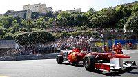 Fernando Alonso s vozem ferrari při tréninku na Velkou cenu Monaka.