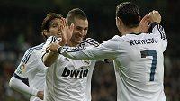 Střelci Realu Karim Benzema (vlevo) a Cristiano Ronaldo se radují...