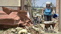Žena odklízí v pátek dopoledne následky silné bouře v Moravské Nové Vsi na Břeclavsku.
