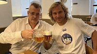 Jaroslav Tvrdík a Pavel Nedvěd připíjejí na titul Slavie, respektive Juventusu.