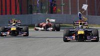 V Brazílii se sice Fernando Alonso (vzadu) díval oběma redbullům na záda, k titulu má ale stále nejblíž.