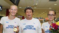 Michaela Hrubá se zlatou medailí a svým koučem Ctiborem Nezdařilem, vpravo bronzová z dorosteneckého MS Lada Pejchalová.