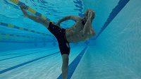 Demetrious Johnson využívá v tréninku také bazén.