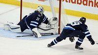 Brankář Winnipegu Ondřej Pavelec zasahuje v zápase se St. Louis.