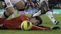 Luis Suárez se několikrát dožadoval odpískání faulu. To se divákům nelíbilo.