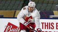 Hokejista Calgary si odpykává dvouzápasový trest.