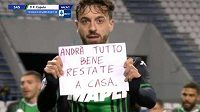 Fotbalista Sassuola Francesco Caputo si pro fanoušky připravil vzkaz.