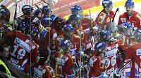 Hokejisté Pardubic se radují z vítězství nad Třincem