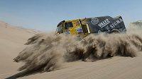 Liaz Jaroslava Valtra v oblaku písku při čtvrté etapě Rallye Dakar.
