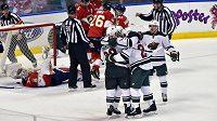 Hokejisté Minnesoty se radují z gólu Jasona Pominvillea (29).