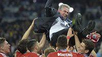Trenér Jupp Heynckes nad hlavami hráčů Bayernu po triumfu ve finále Ligy mistrů v květnu roku 2013.