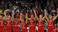 České basketbalistky zdraví karlovarskou halu po finále mistrovství světa.