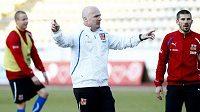Trenér Michal Bílek udílí pokyny při tréninku české reprezentace, vpravo stojí jan Rezek.