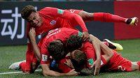 Radost anglických fotbalistů, zcela vespod leží střelec gólu Harry Kane.