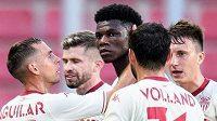 Fotbalisté Monaka během přerušení hry zvažovali odchod do kabin, třetí zleva autor prvního gólu Aurélien Tchouaméni.