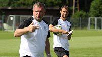 Plzeňský asistent Marek Bakoš (vpravo) s trenérem Pavlem Vrbou během soustředění Viktorie ve Westendorfu.