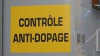 Christopher Froome jde na dopingovou kotrolu při Tour de France.