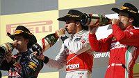 Lewis Hamilton (uprostřed), Sebastian Vettel (vlevo) a Fernando Alonso na stupních vítězů v Austinu.