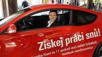 Manažer národního týmu Vladimír Šmicer pózuje v jednom z vozů Hyundai, o který se podělí fanoušci s fotbalisty.