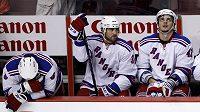 Zklamaní hokejisté Rangers po zápase ve Philadelphii