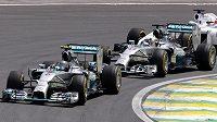 Lewis Hamilton (vzadu) má k titulu blíž, Nico Rosberg (vpředu) ale není bez šance.