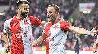 Střelci slávistických gólů v první půli Josef Hušbauer (vlevo) a Vladimír Coufal oslavují výhru nad Slováckem.