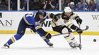 Centr St. Louis Blues Ryan O'Reilly svádí souboj o puk s pravým křídelníkem Bostonu Bruins Davidem Pastrňákem během čtvrtého zápasu finálové série NHL.